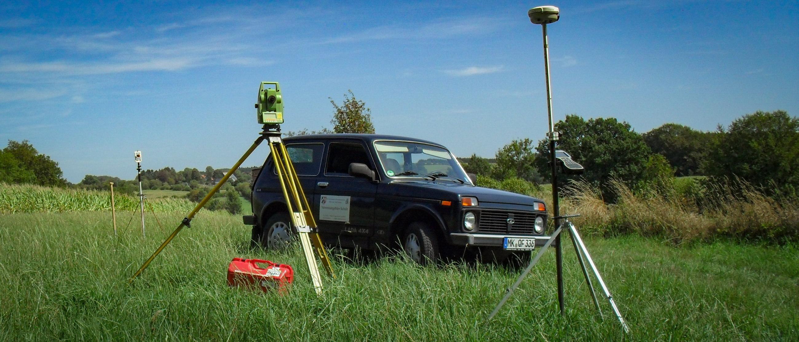 Tachymeter und Lada vor Maisfeld