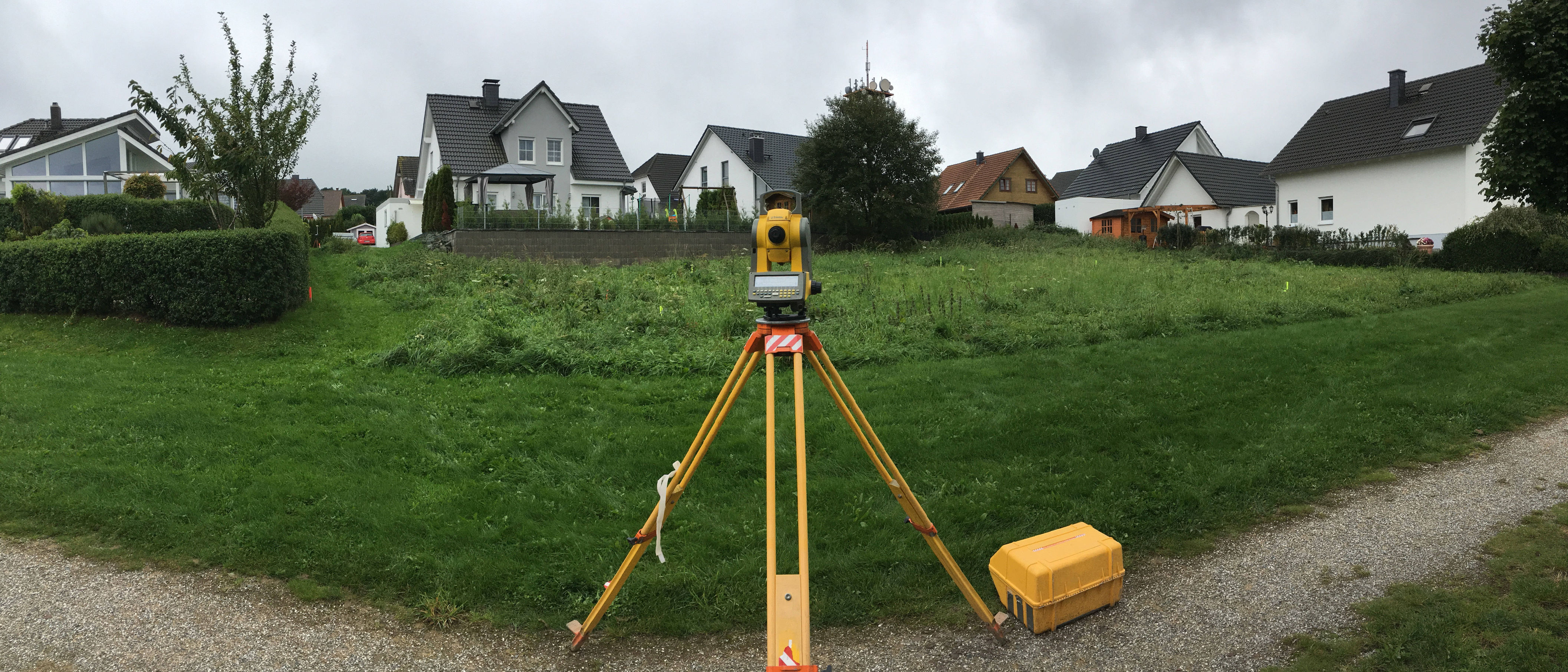 Zeiss Tachymeter vor einem Baugrundstück