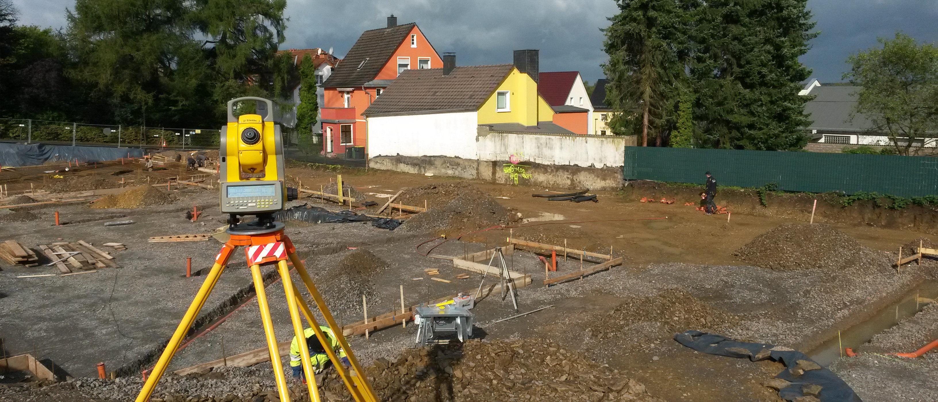 Ausgeschachtete Baustelle für Mehrfamilienhäuser